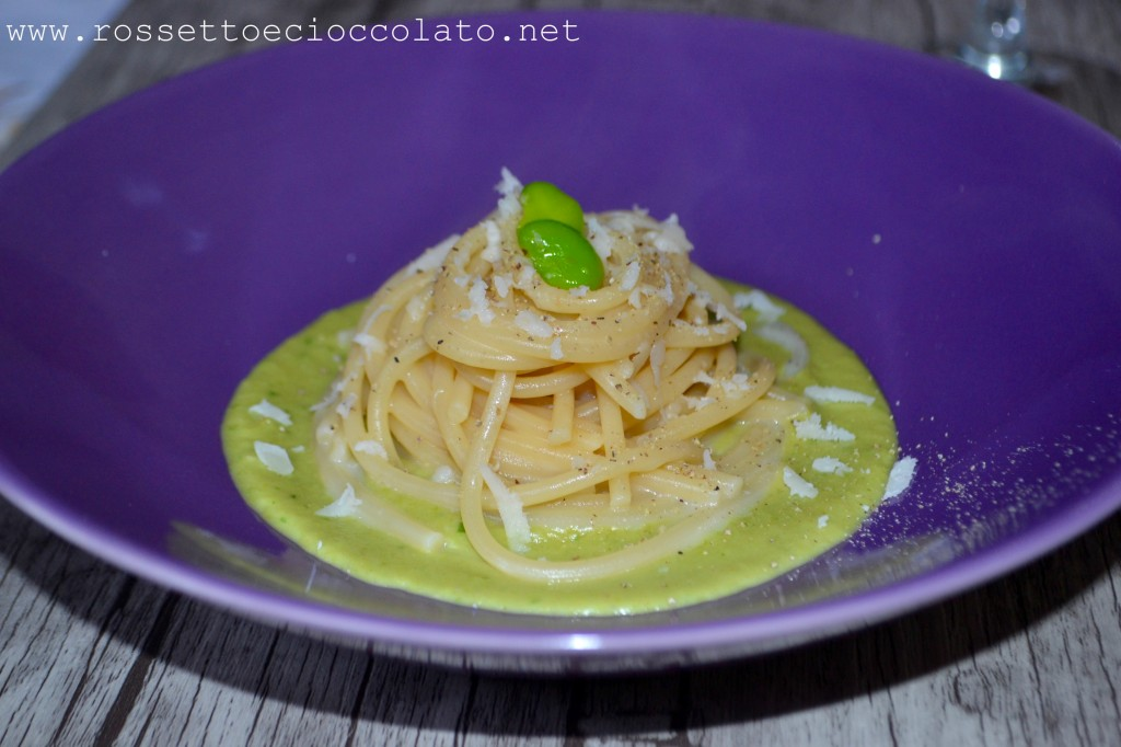 spaghetti cacio e pepe su crema di fave