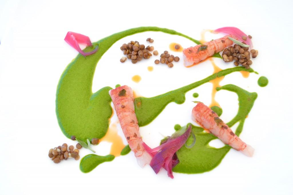 gambero rosso marinato alle alghe di mare con crema di tenerumi, lenticchia di linosa, cipolla caramellata e olio ai crostacei