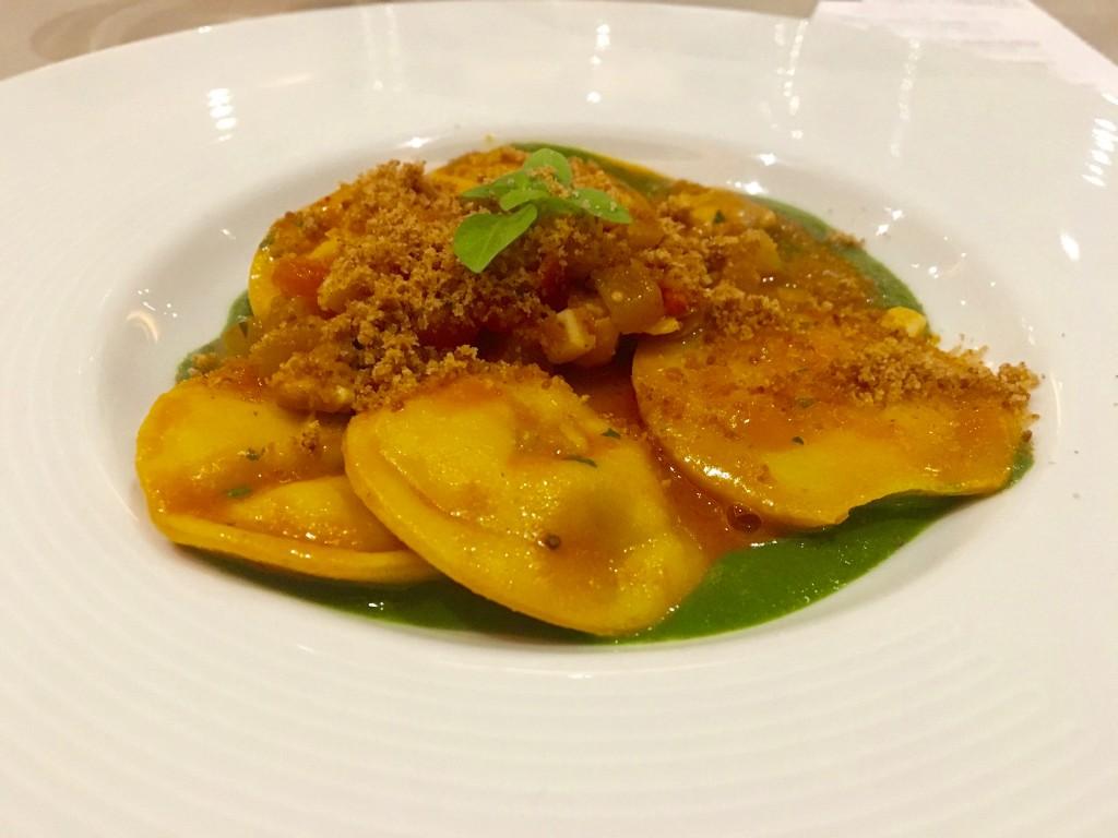 Ravioli di pasta fresca 30 tuorli con farcia di calamari, guazzetto di frutti di mare e vellutata di tenerumi dello chef Peppe Torrisi