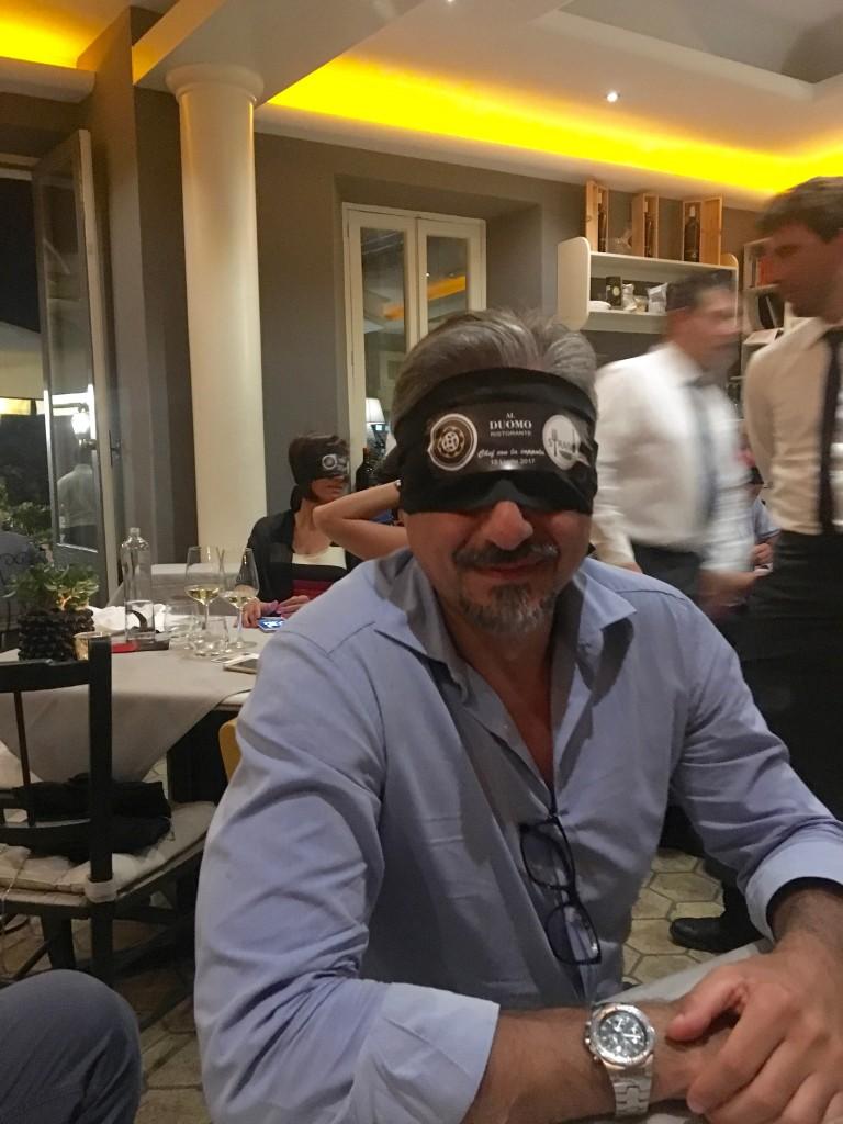 Il giornalista Antonio Iacona durante la degustazione del dessert di Simone Strano