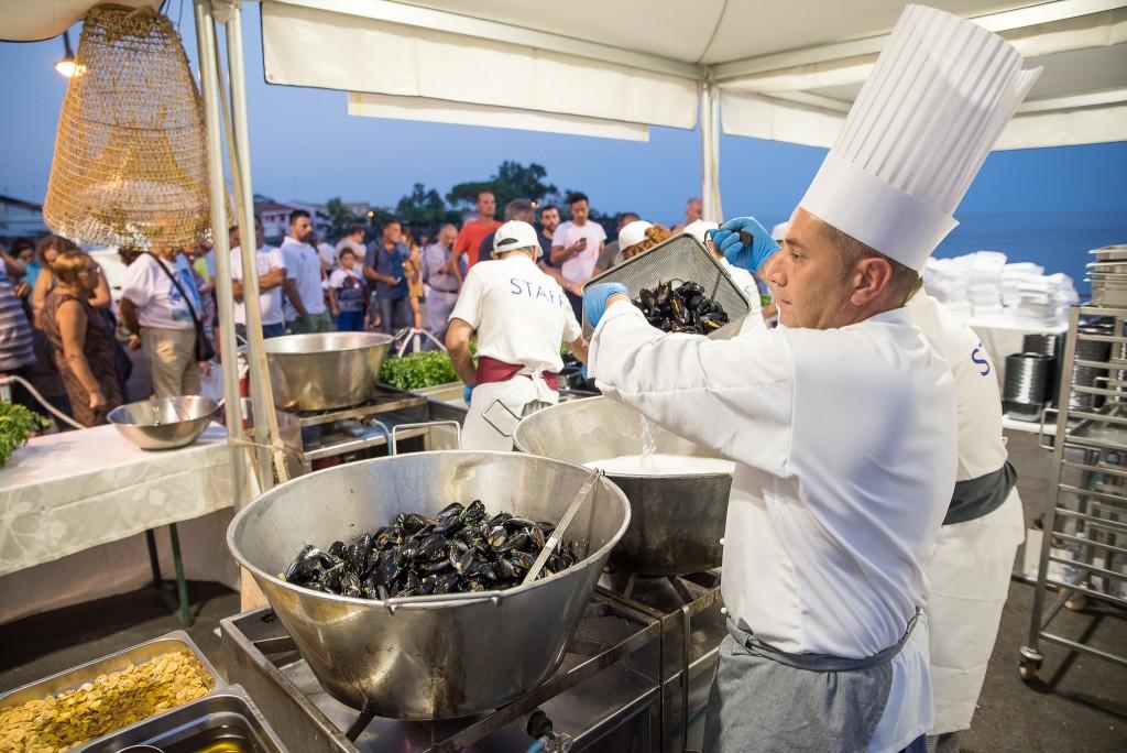 Lo chef Alfio Visalli prepara l'impepata di cozze
