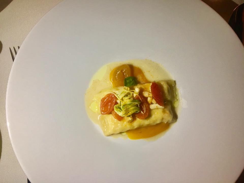 cannellone di gambero con pomodorini gialli cannolicchi e spaghetti di zucchina croccante