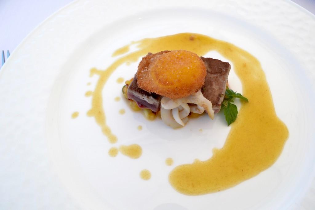 Tataki di tonno con uovo croccante, chutney di pesche e mentuccia, demi glace a fondo bianco di pollo