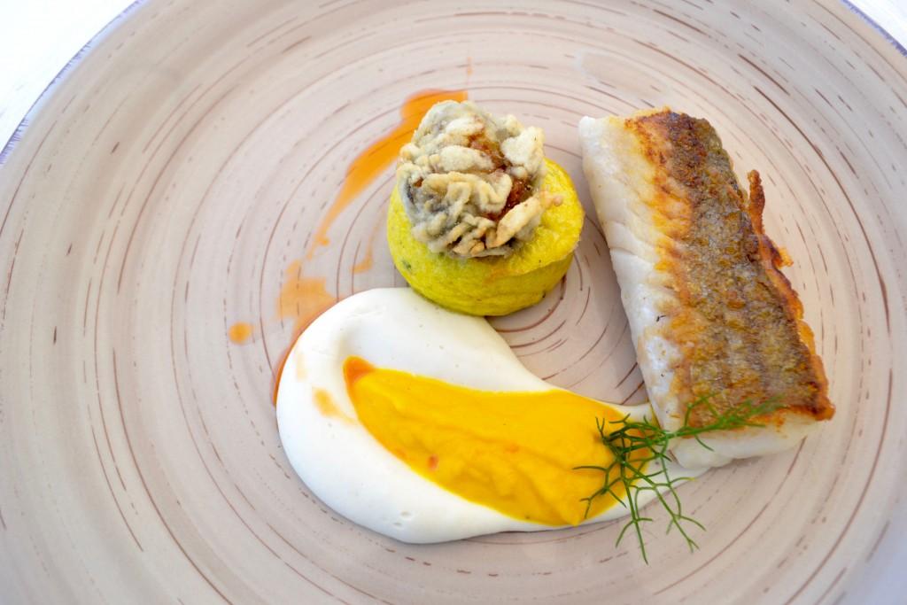 Merluzzo scottato con salsa alle mandorle e carote all'anice stellato, soffice al piacentino ennese e ostrica