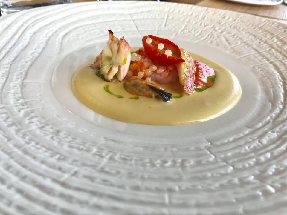 Insalatina tiepida di pesce su passatina di ceci di Leonforte con polpa di riccio e olio al basilico aromatizzato al pistacchio di Bronte di cultivar napoletana